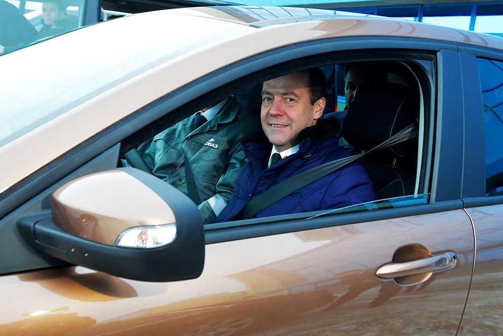 Медведев поручил до 1 июня рассмотреть объединение полисов ОСАГО и КАСКО